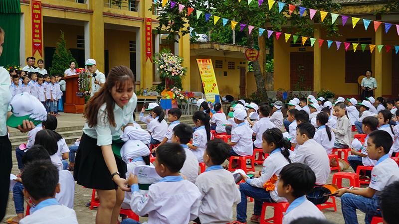 tặng quà cho các em học sinh trường tiểu học hậu bổng