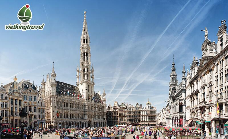 tòa thị chính là tòa nhà cao nhất tại quảng trường